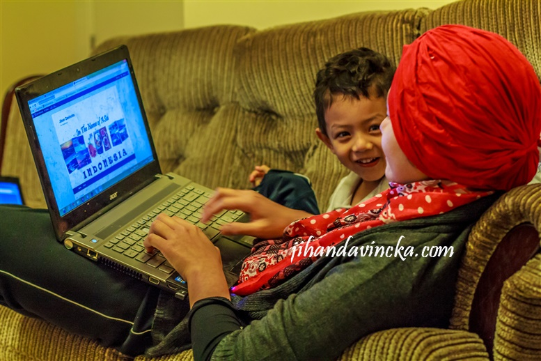 Ceritanya lagi nemenin anak browsing hihihi