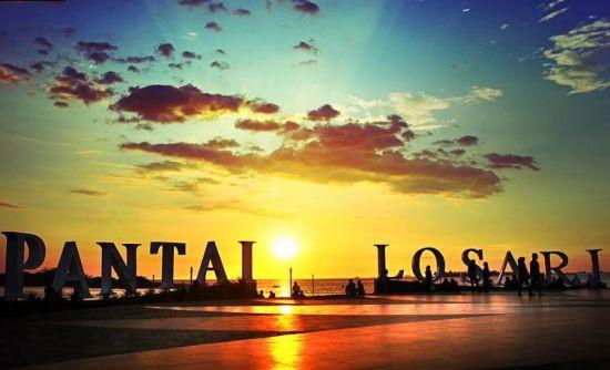 Pantai Losari, Makassar (gambar : bukuwisata.com)